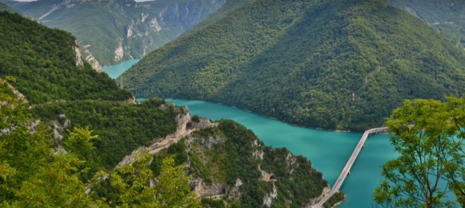Kanion Pivy i turkusowe kolory jeziora Pivsko