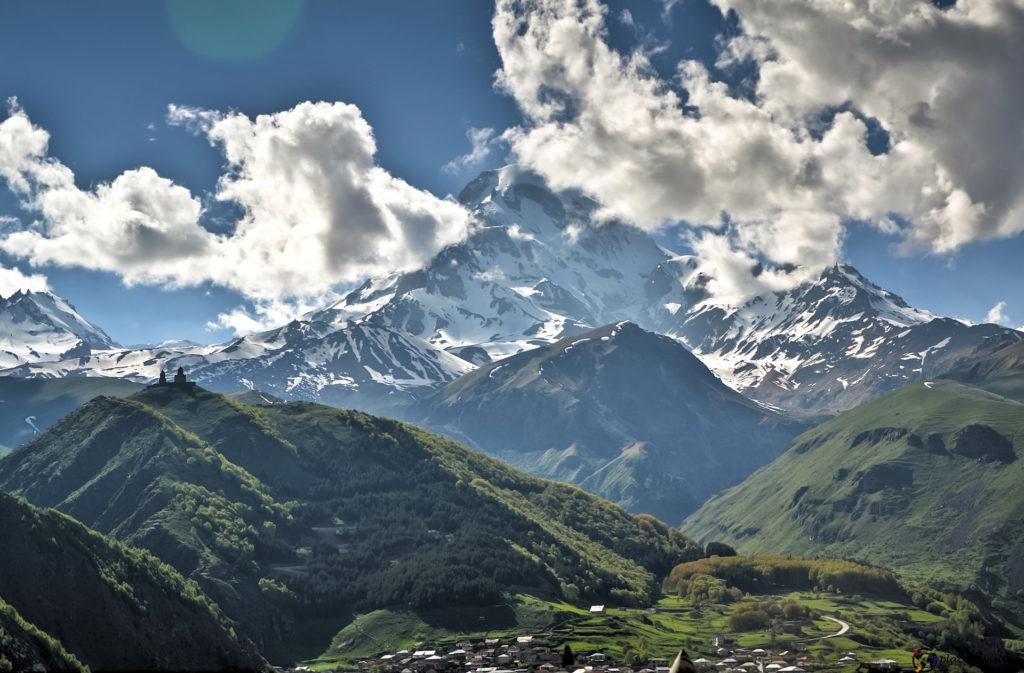Stepancminda. Z widokiem na Kazbek.